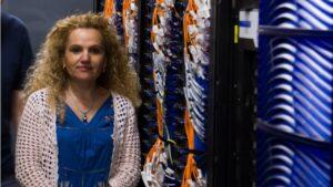 Fuensanta Doménech, directora del Servei d'Informàtica de la Universitat, delante del supercomputador.